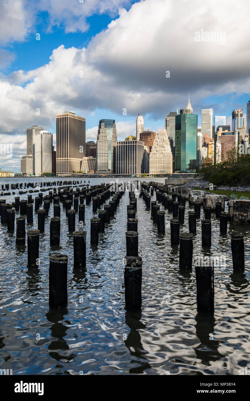 Skyline di Manhattan come si vede dall'East River docks in New York City, Stati Uniti d'America. Immagini Stock