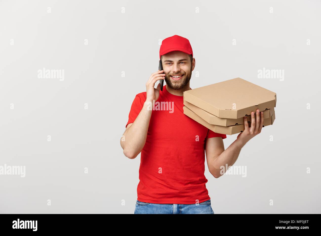 Ritratto Di Una Consegna Sorridente Uomo Nel Cappuccio Rosso