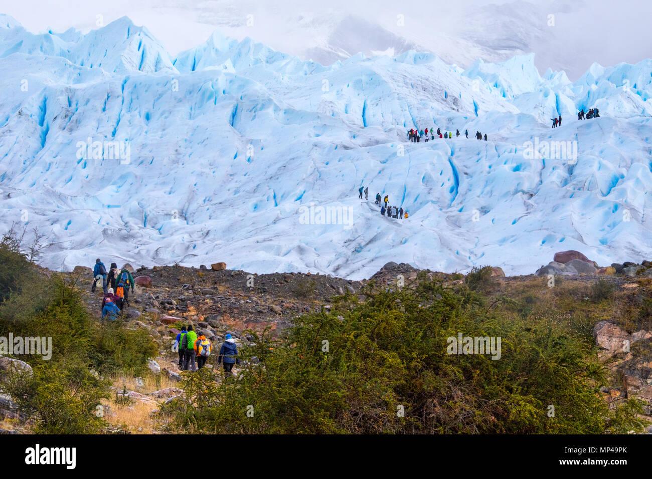 Escursioni guidate sul ghiacciaio Perito Moreno, Parque Nacional Los Glaciares, Argentina Immagini Stock