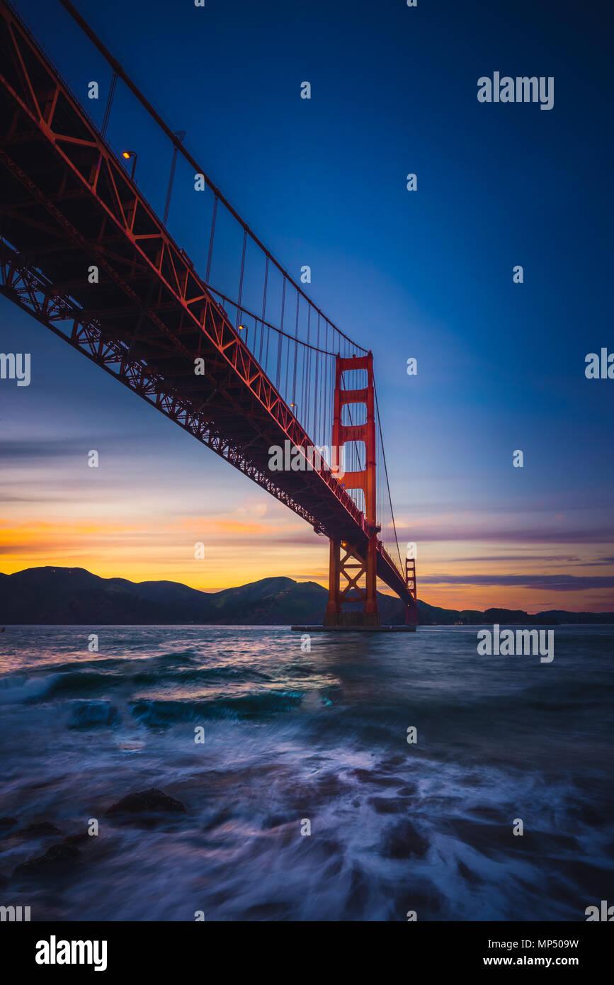 Il Golden Gate Bridge al tramonto da Fort Point, San Francisco, California, Stati Uniti d'America Immagini Stock