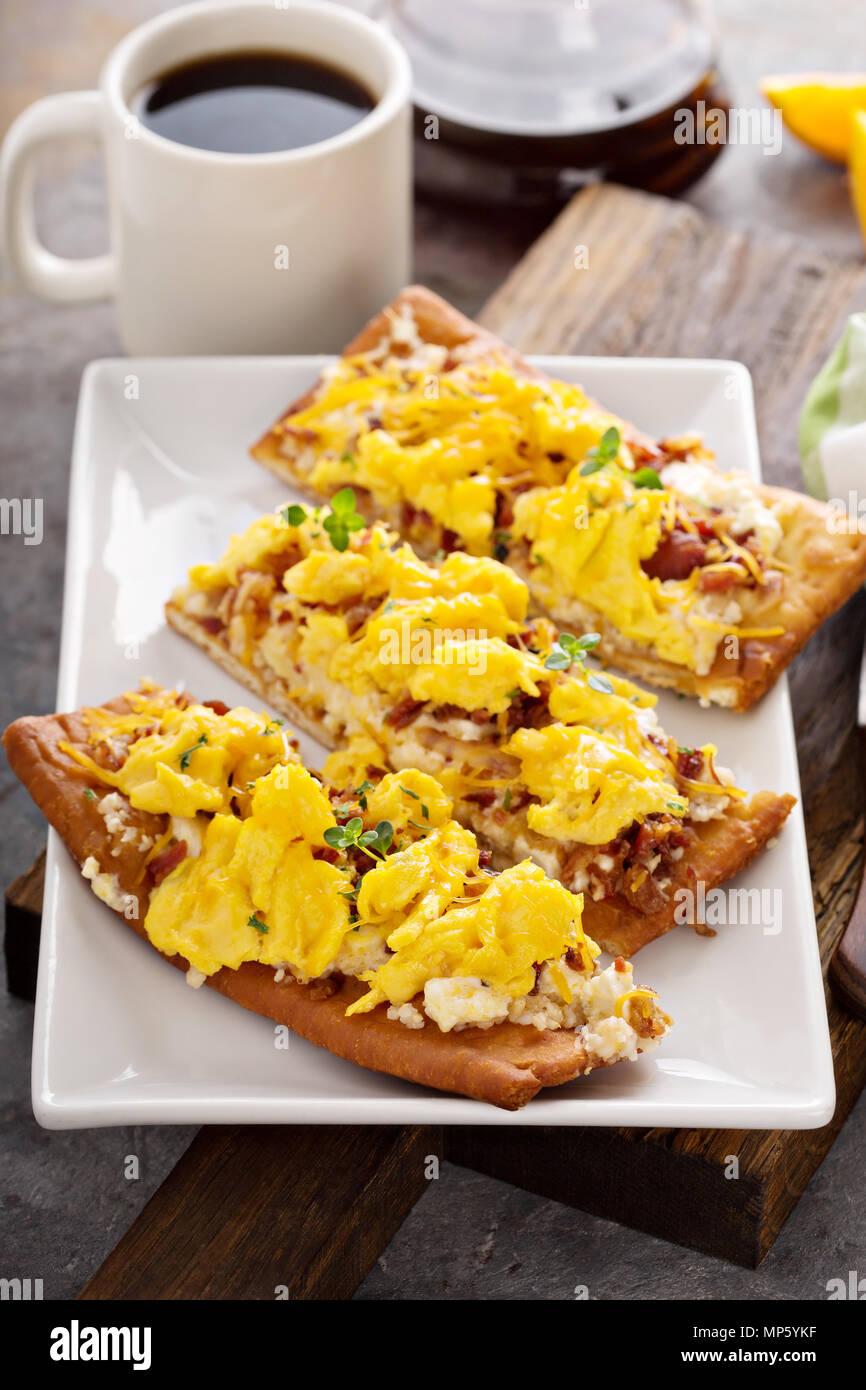 La prima colazione la pizza, pasta con uova strapazzate Immagini Stock