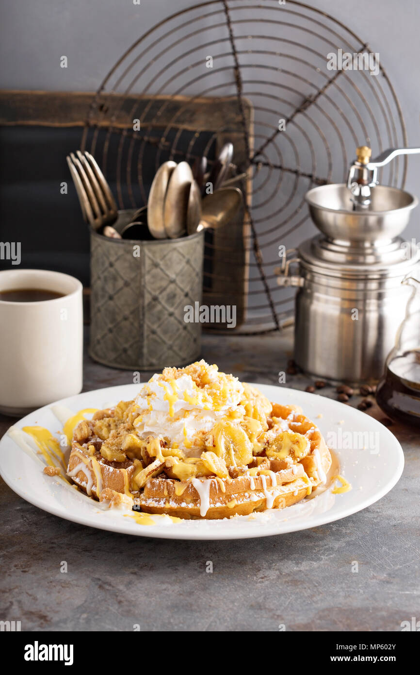 Budino di Banana Waffle con panna montata Immagini Stock