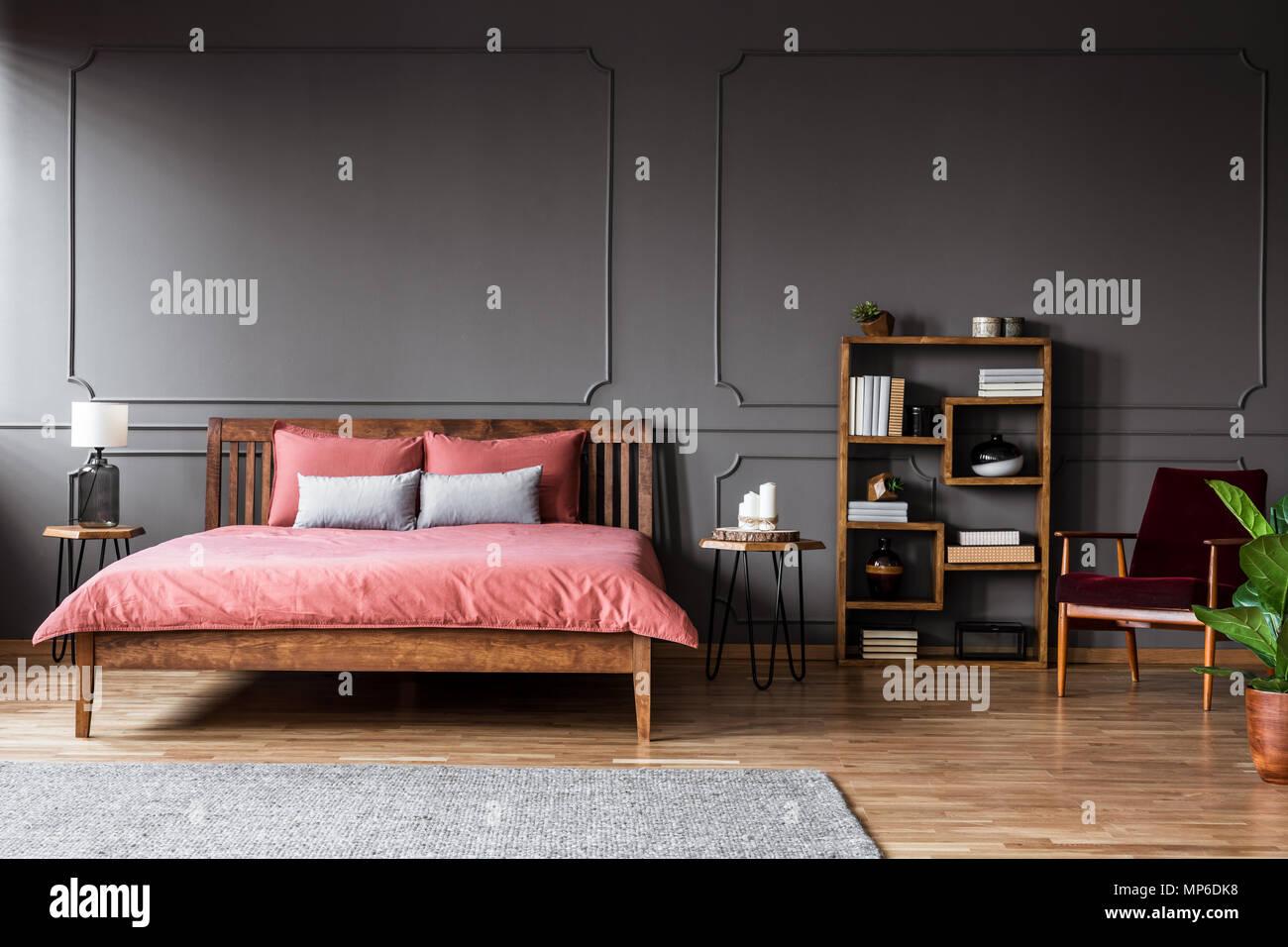 Foto reale di una camera da letto spaziosa con interni letto ...