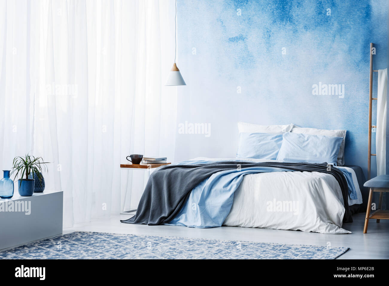 Camere Da Letto Blu : Impianto su bianco armadio nella spaziosa camera da letto blu