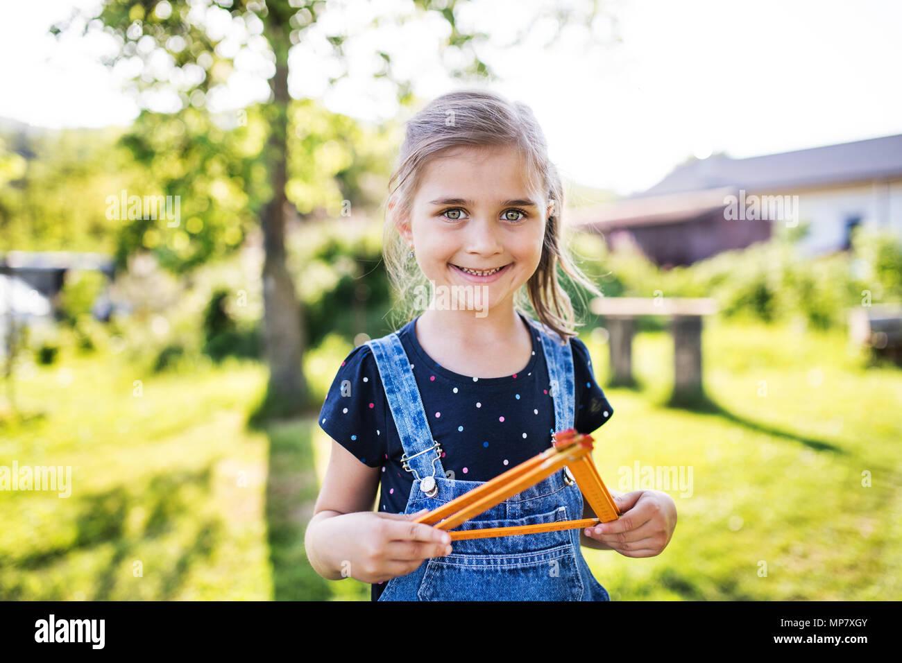 Un ritratto di una piccola ragazza in giardino in primavera la natura. Immagini Stock