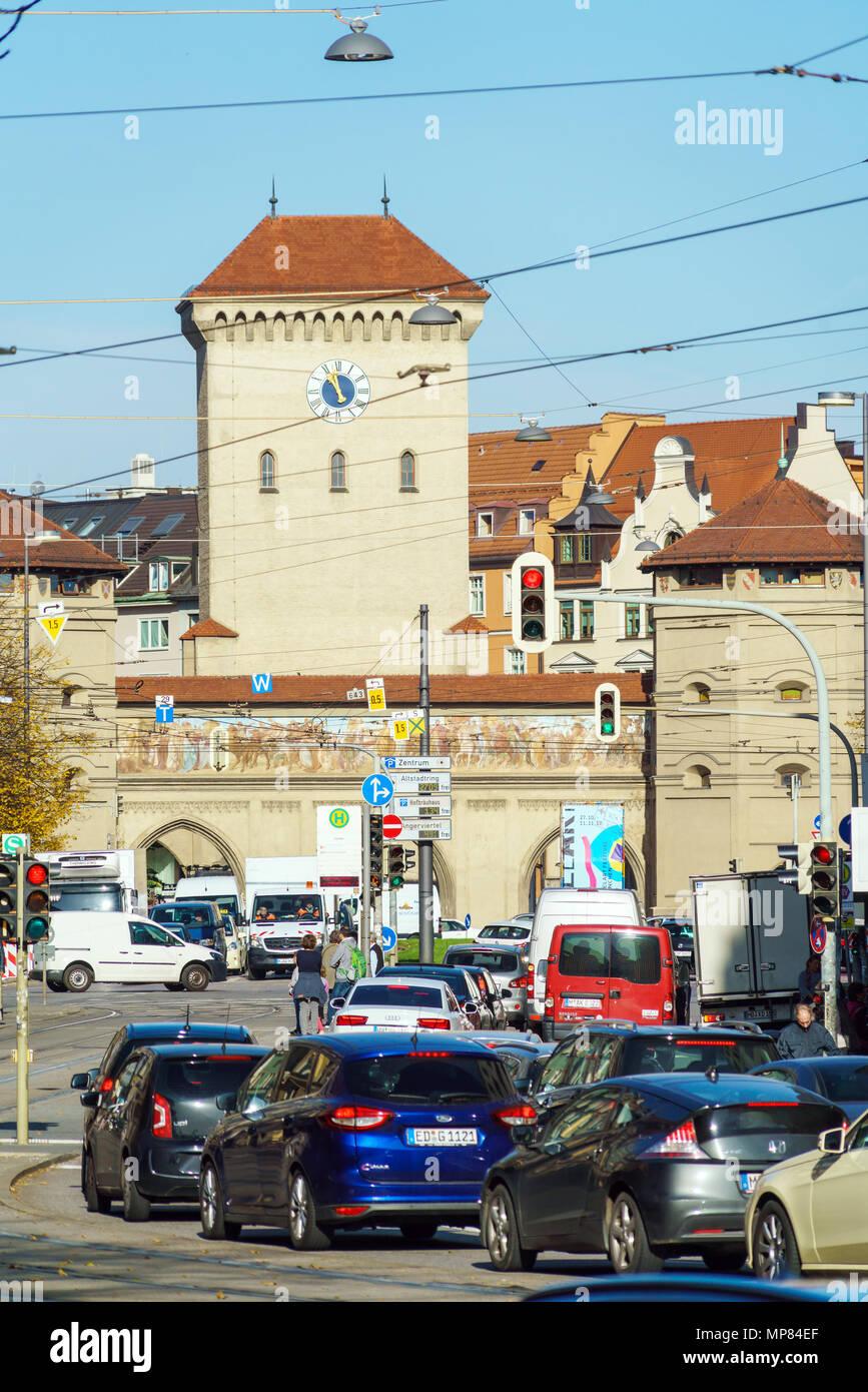 Monaco di Baviera, Germania - 20 Ottobre 2017: Isartor a Isartorplatz, una delle quattro porte principali delle mura medievali della città Foto Stock