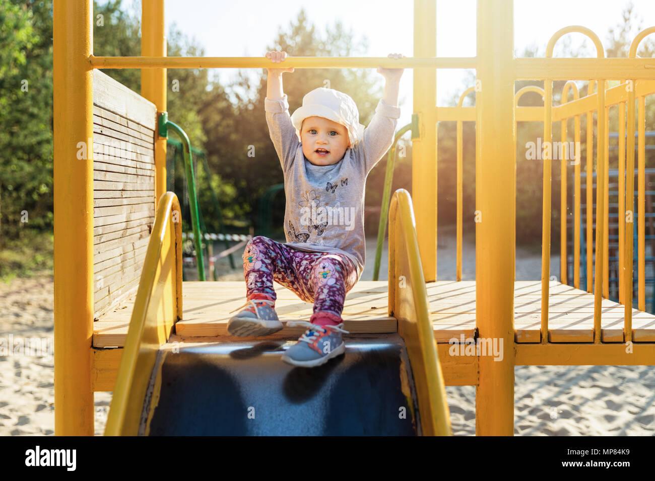 Bambino sul cursore, al parco giochi Immagini Stock