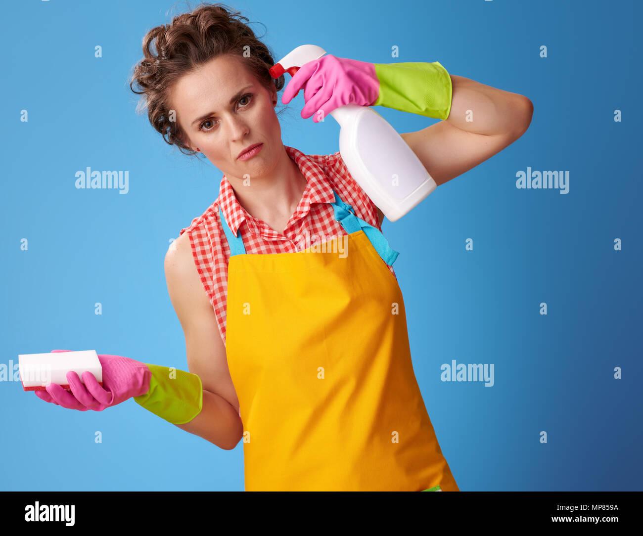 Grande tempo di pulizia. stanco donna moderna in un ...