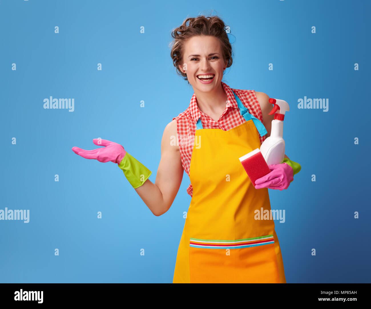 Grande tempo di pulizia. Felice donna moderna con guanti in