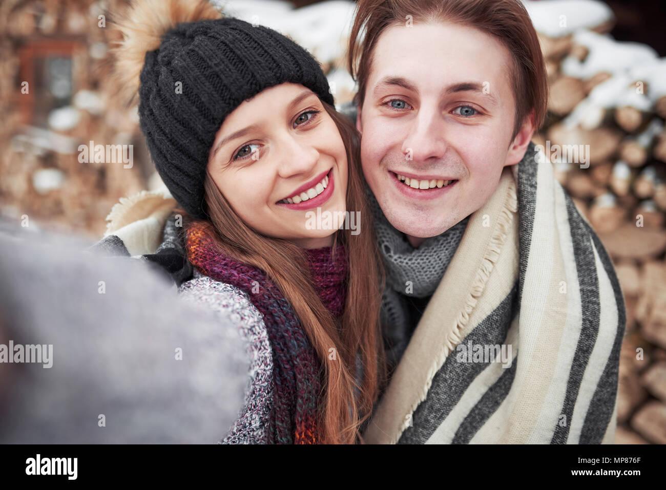 Natale felice coppia in amore abbracciare in nevoso inverno freddo, foresta copiare spazio, festa di capodanno celebrazione, vacanze e viaggi, vacanze e amore e relazioni Immagini Stock