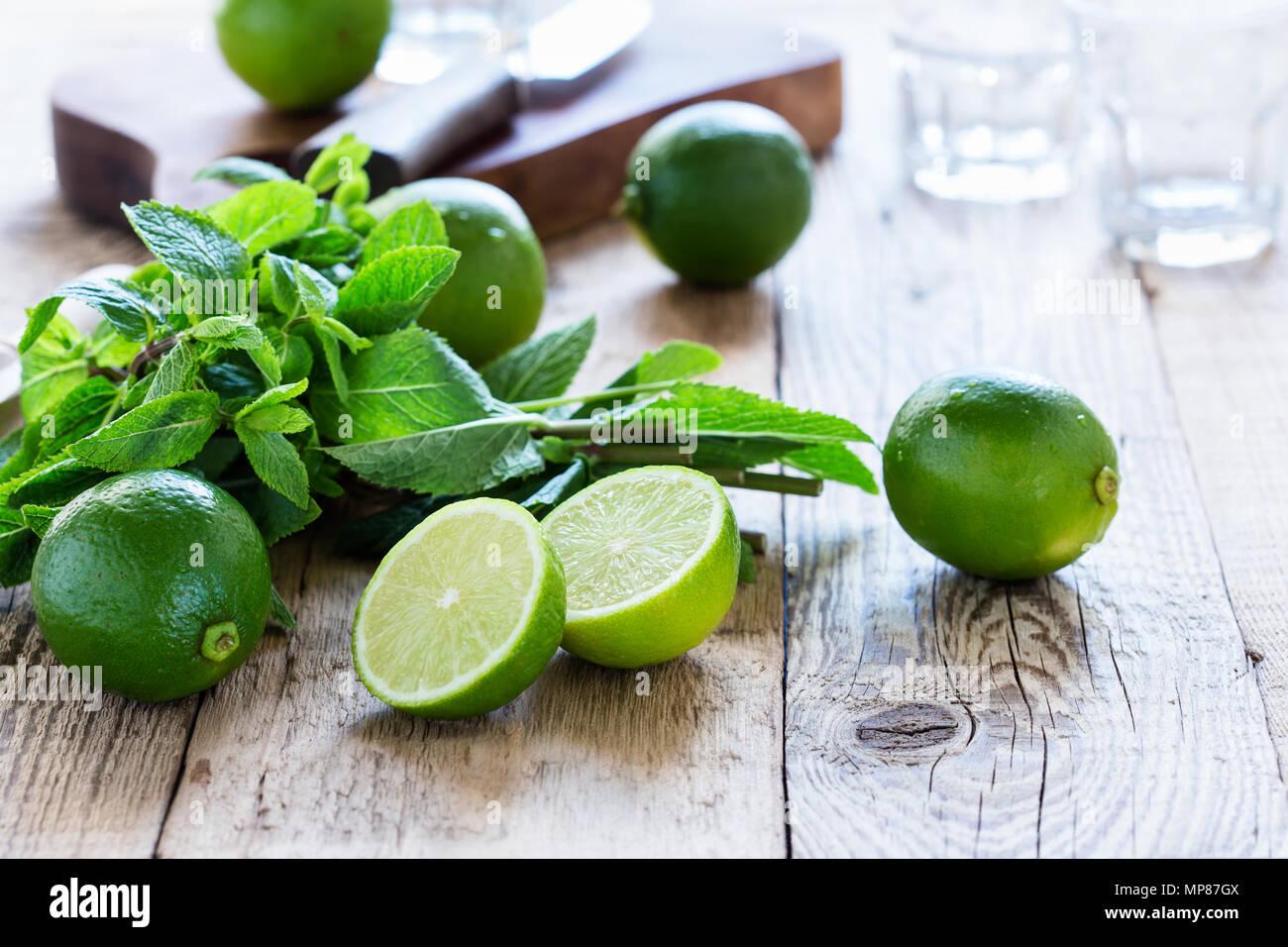 Ingredienti per rendere dissetante bevanda estiva cocktail mojito su tavola in legno rustico Foto Stock