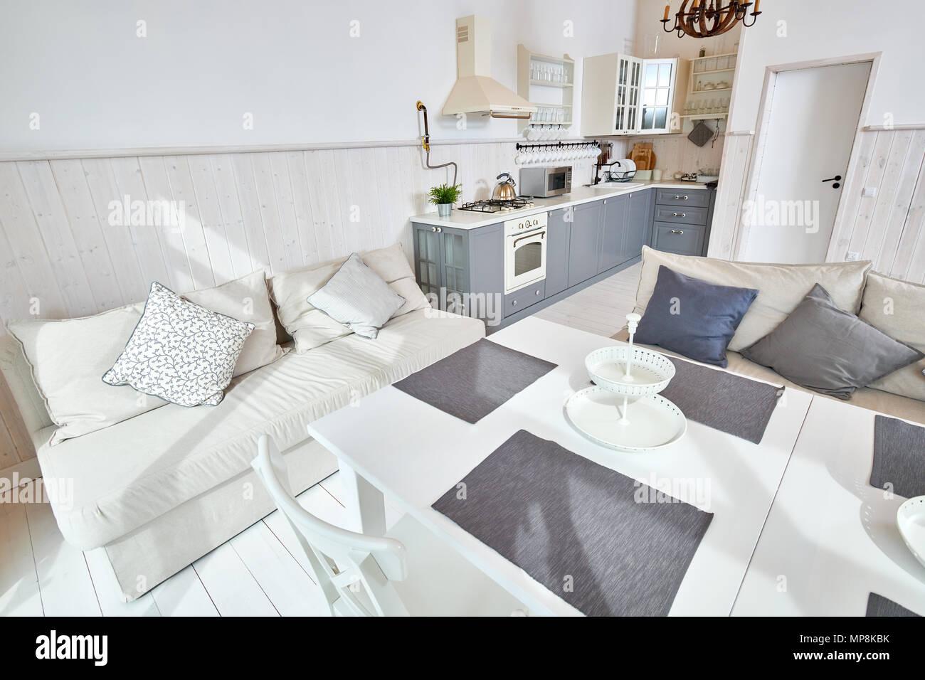 Ampia angolazione del moderno soggiorno aperto interno con ...