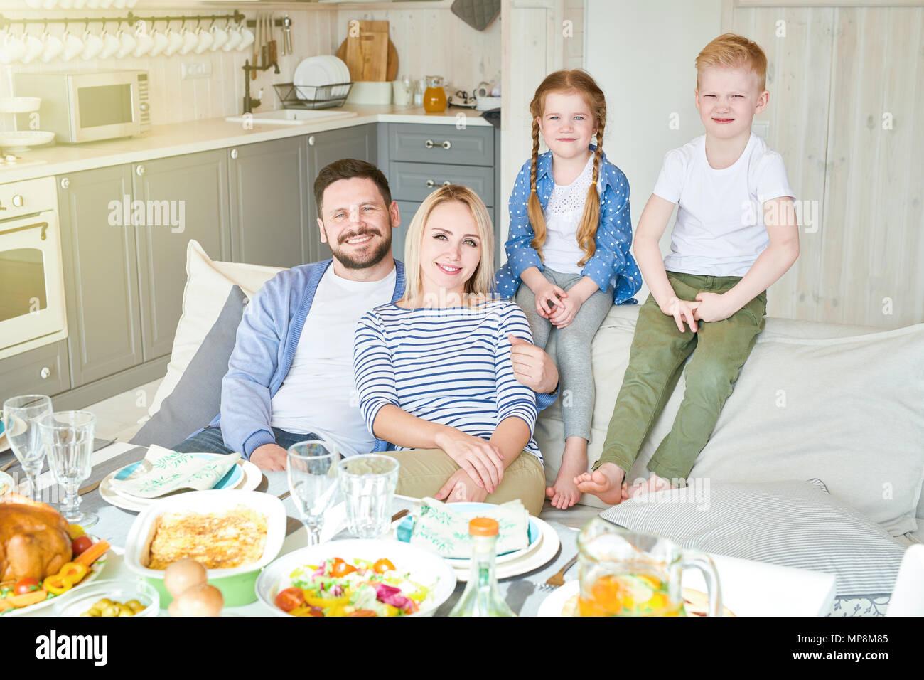 Famiglia di successo in posa a casa Immagini Stock