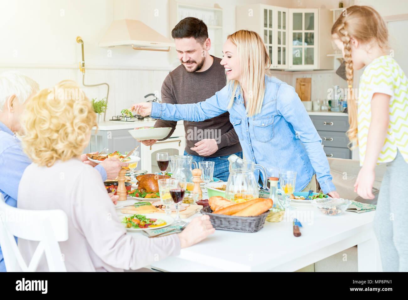 Festosa cena di famiglia in moderno appartamento Immagini Stock