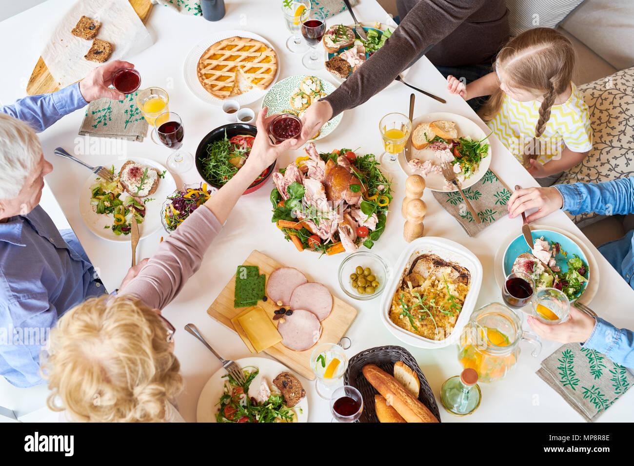 Al di sopra di vista della cena in famiglia Immagini Stock