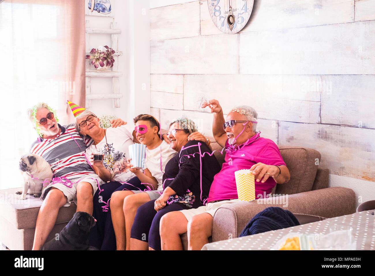 Un gruppo di uomini anziani con i capelli bianchi eb610f5afd27