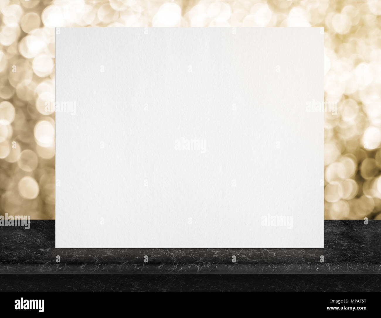 Blank White Paper Poster Sul Marmo Nero Da Tavolo E Oro Scintillante