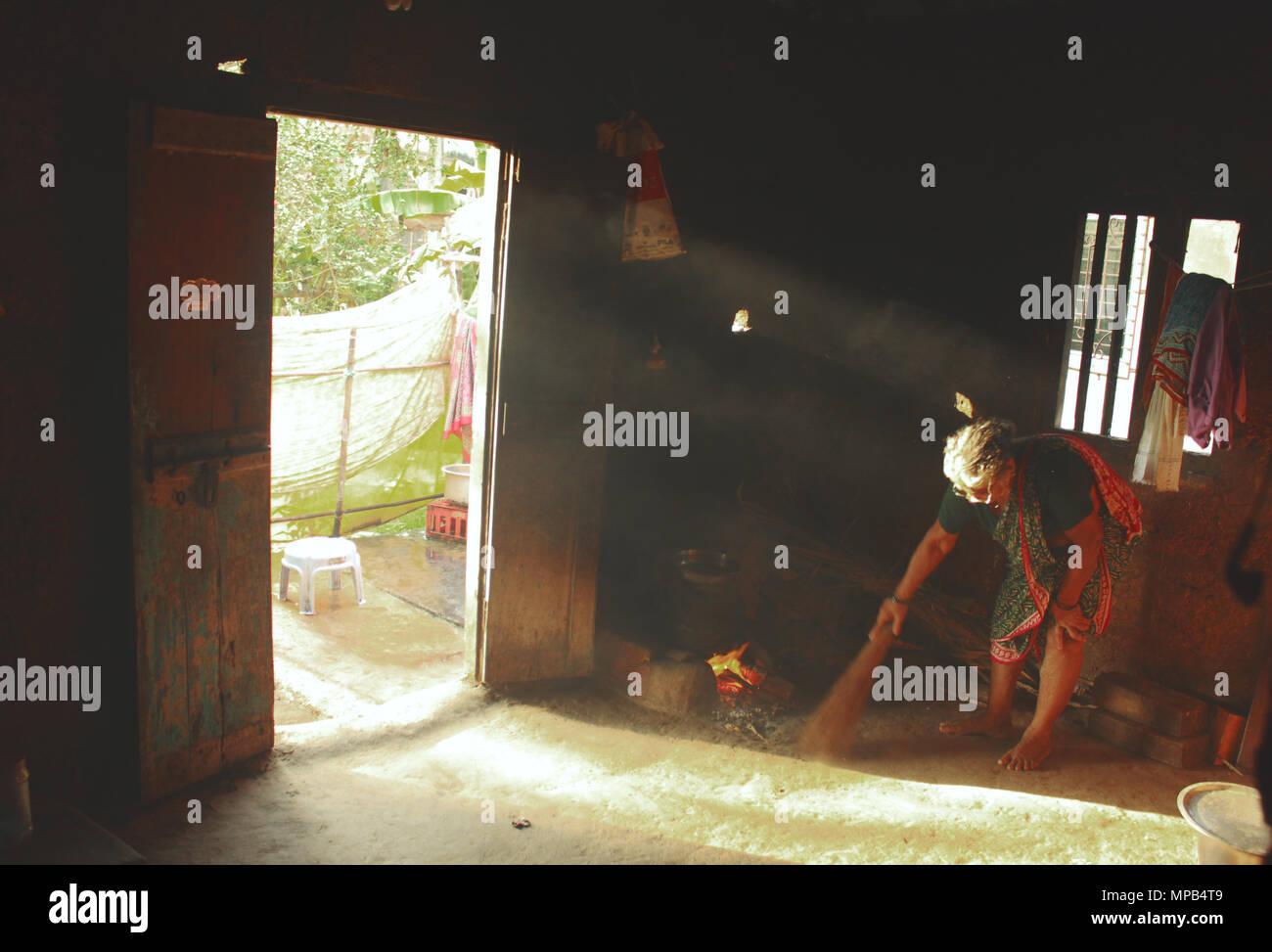 Beata illuminazione a raggi le pareti di una cucina rurale foto