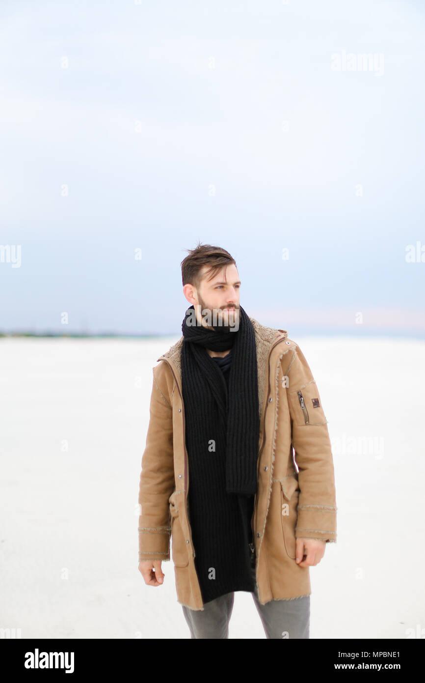 outlet 46aac bb640 Uomo europeo indossando cappotto e sciarpa in piedi nel ...