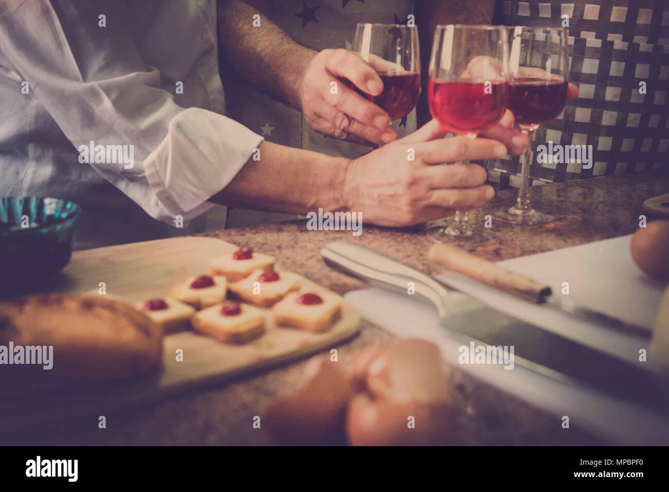 Vintage filtro per un cocktail home scena con tre mani da due uomini e una donna di casa. Scena nazionale di vita abituale per un po' di tempo insieme. Immagini Stock