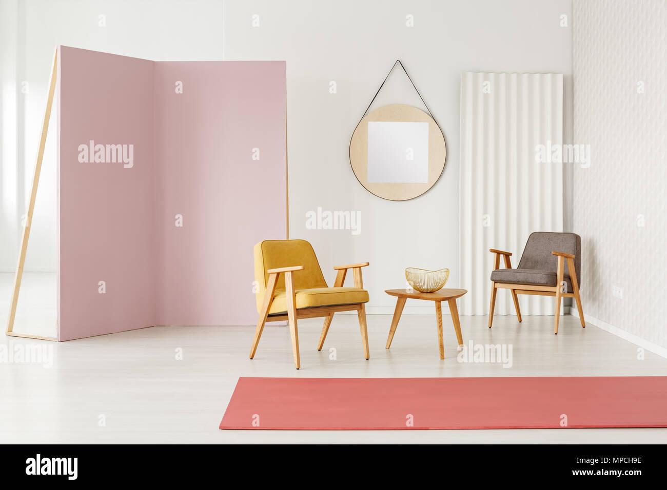 Tappeto Da Salotto Rosa : Giallo e grigio poltrona in rosa spazioso salotto interno con