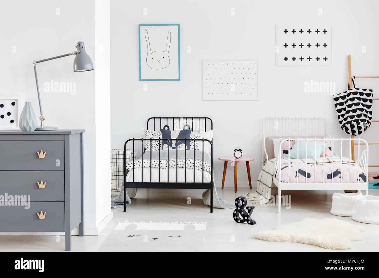 Lampada grigio sull\'armadio in camera da letto per bambini interno ...