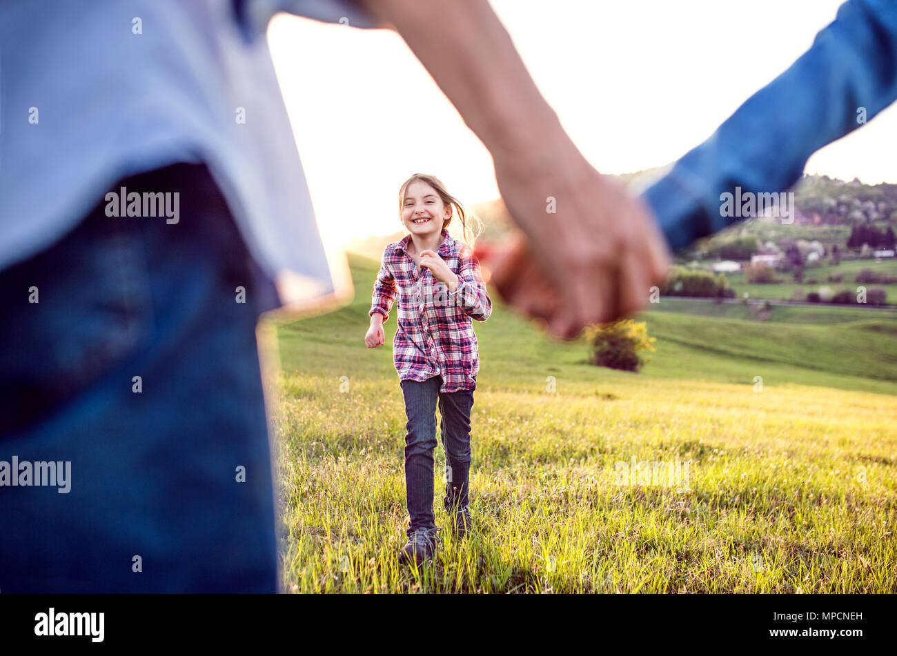 Una piccola ragazza con il suo senior dei nonni che divertimento fuori in natura. Immagini Stock