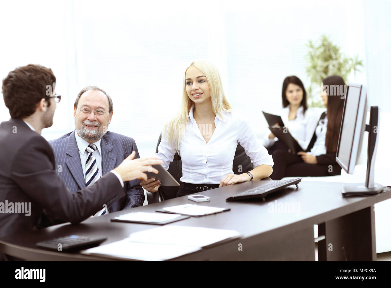 Manager e i colleghi a discutere di un nuovo progetto Immagini Stock