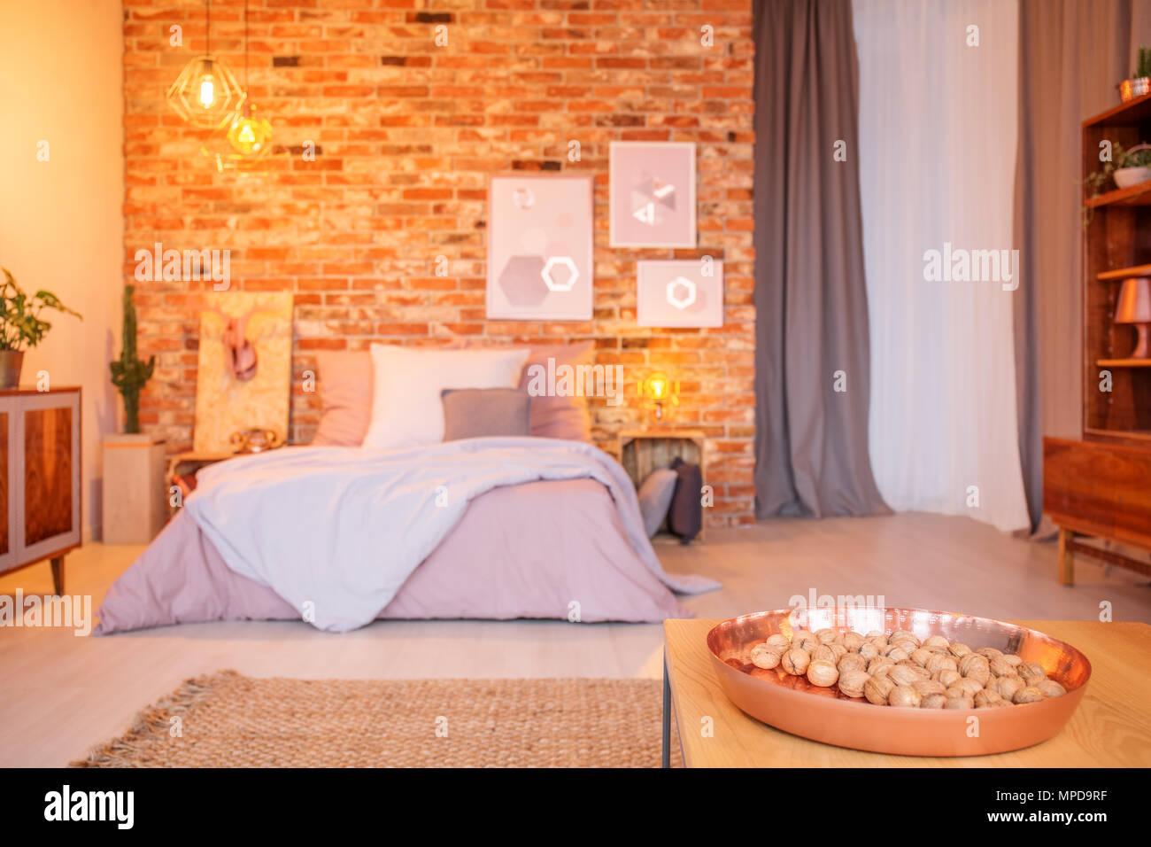 Camera da letto con mobili in legno letto matrimoniale e finestra