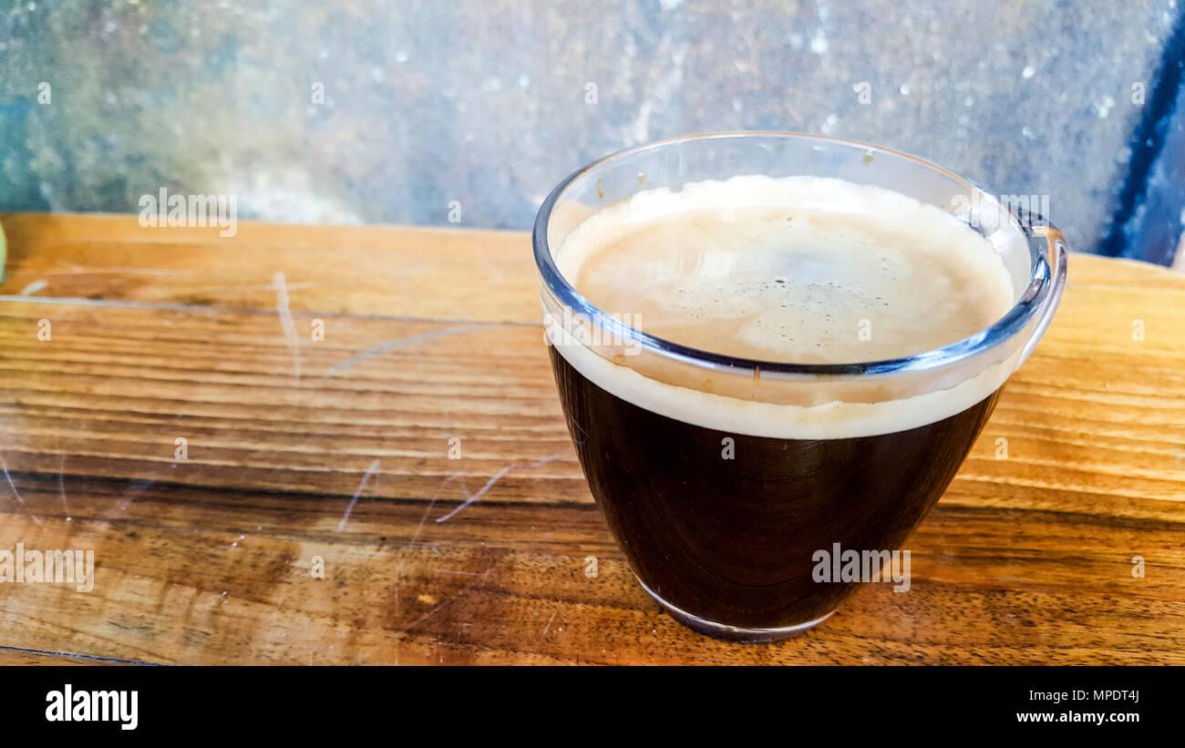 Caffè Americano su una superficie di legno spazio copia. concetto di bevanda. Immagini Stock
