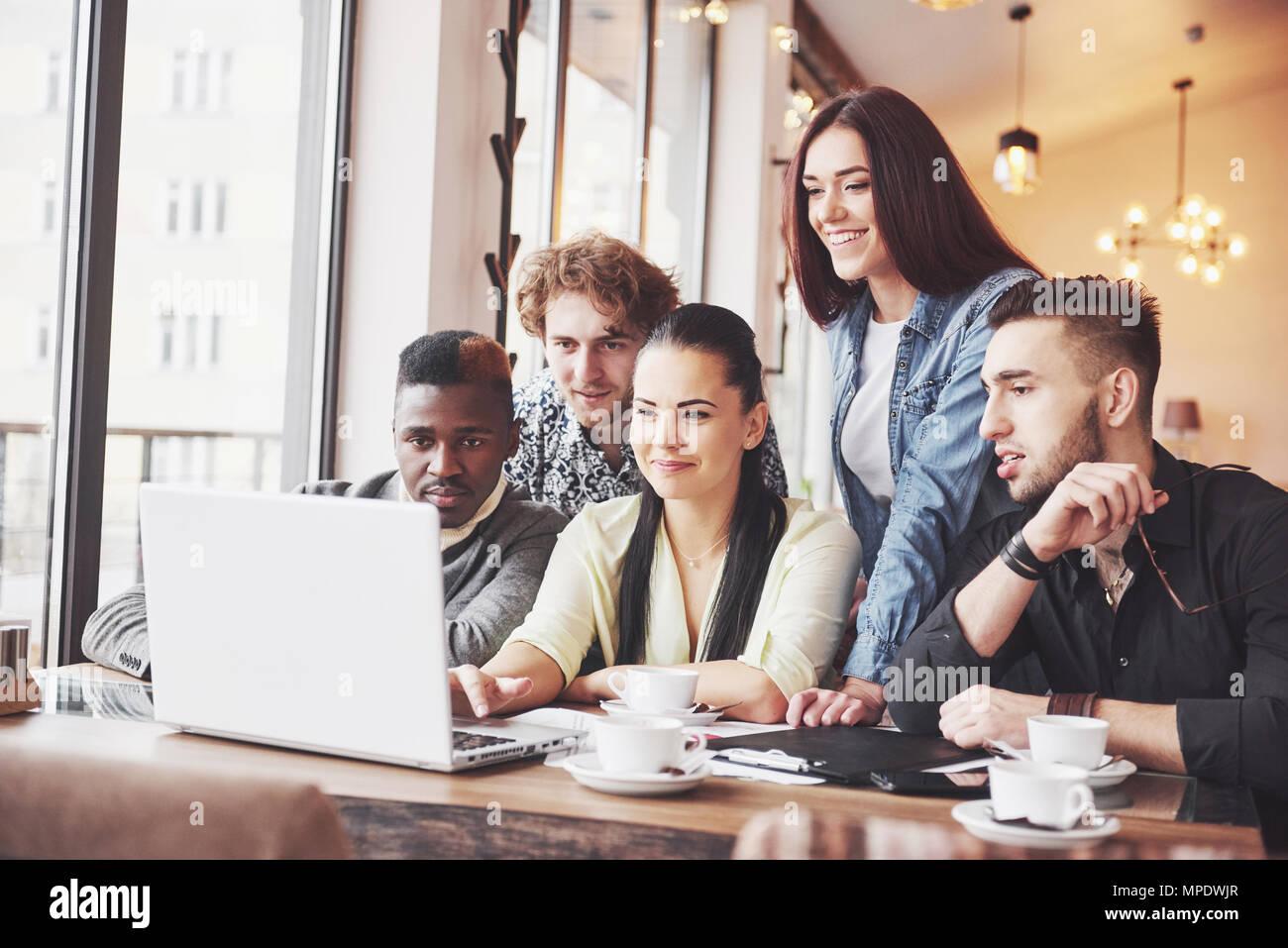 Multi etnico persone business, imprenditore, azienda, small business concetto, donna che mostra i colleghi qualcosa sul computer portatile come si raduna attorno a un tavolo da conferenza Immagini Stock