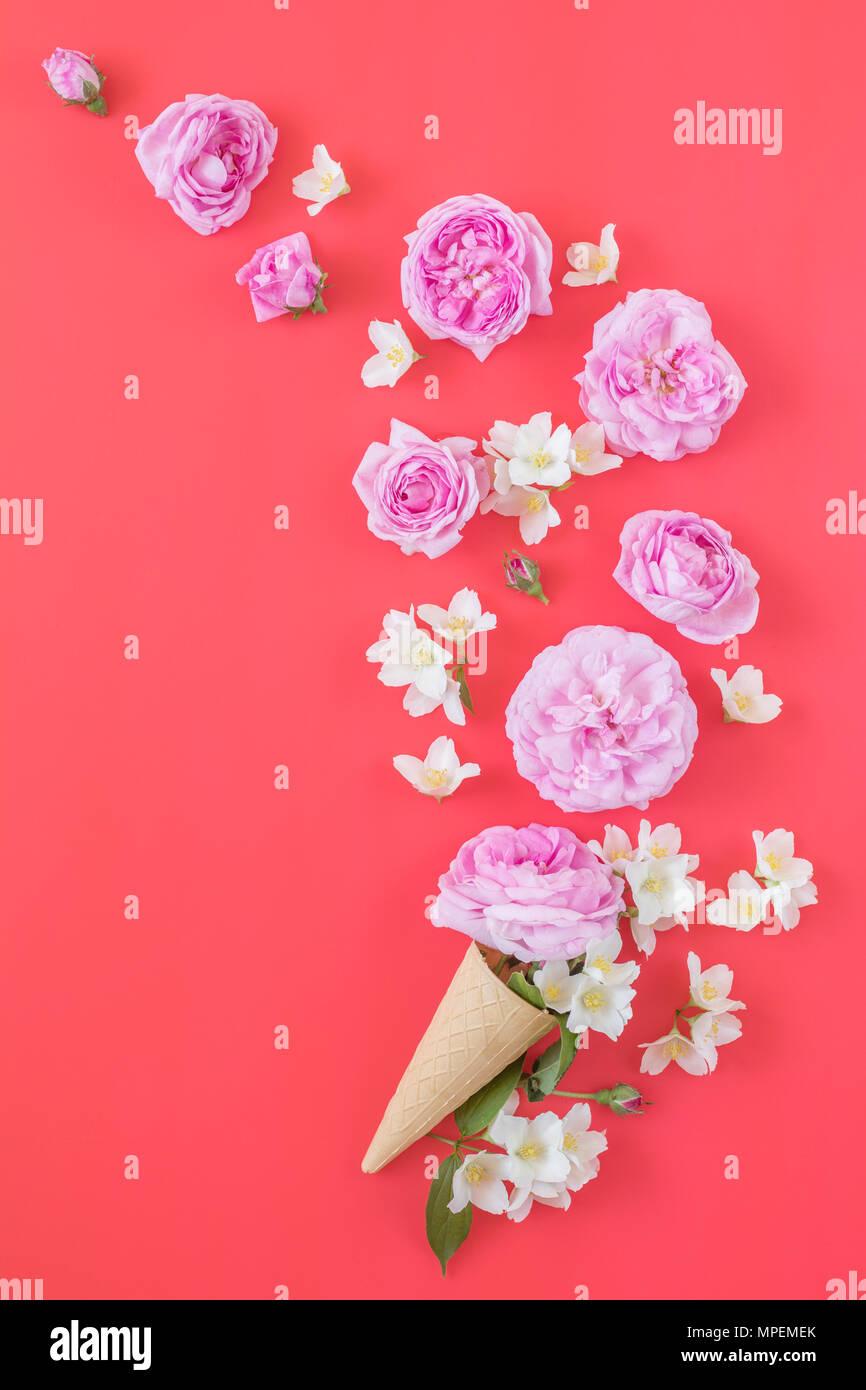 Cono Di Cialda Con Il Rosa Rose E Gelsomino Bouquet Di Fiori Su