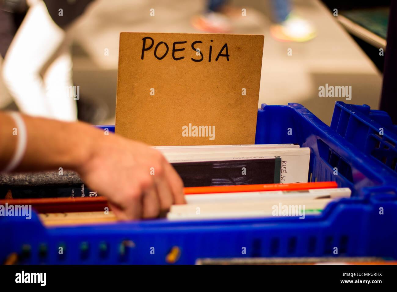 Alla ricerca di poesie durante il 'Sant Jordi' a Barcellona Immagini Stock