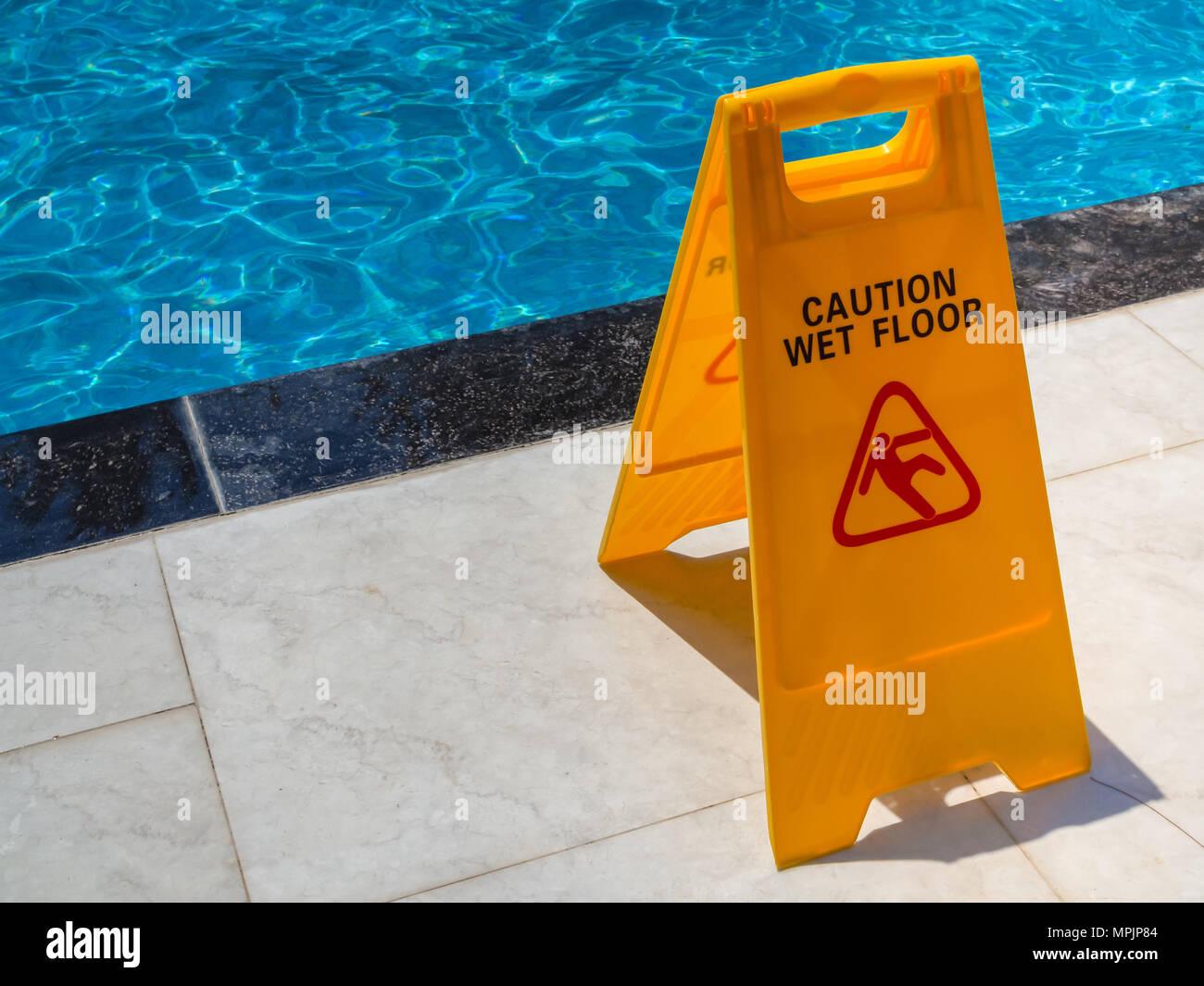 Giallo attenzione pavimento bagnato di avvertimento segno di