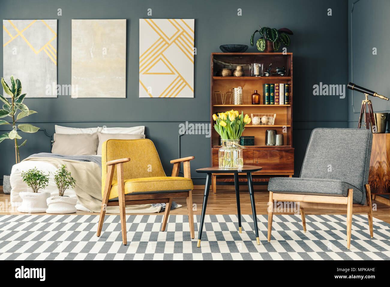 Libreria Sopra Letto : Retrò interiore camera da letto con poster sopra il letto piante