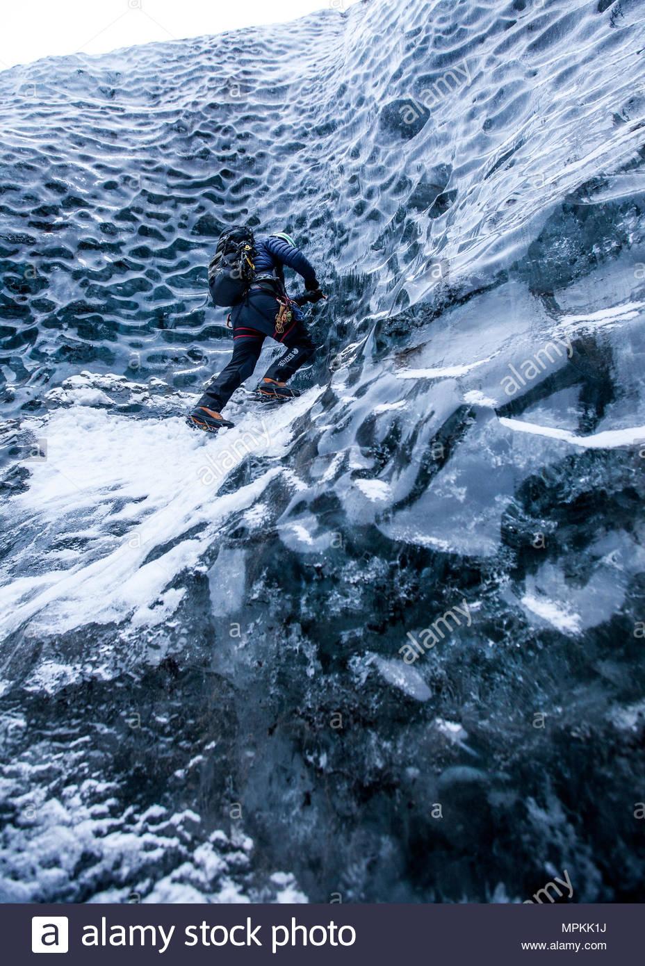 Queste magnifiche grotte di ghiaccio sono accessibili solo da tre ore di escursione a piedi. Ci sono parecchie grotte di ghiaccio escursioni offerte da guide locali. Immagini Stock