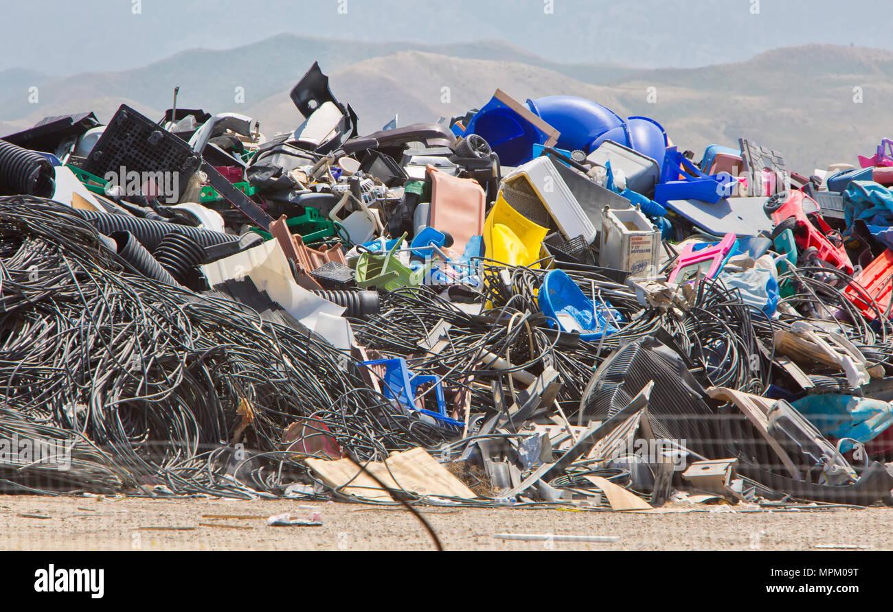 Riciclaggio di plastica discarted prodotti, discarica. Immagini Stock