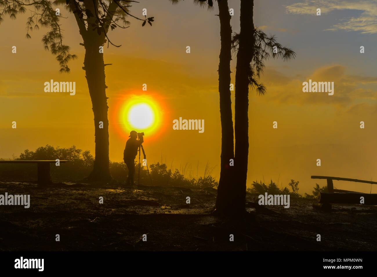 Onu-identificato fotografo foto riprese di bella vista sunrise nel parco nazionale della Thailandia Foto Stock