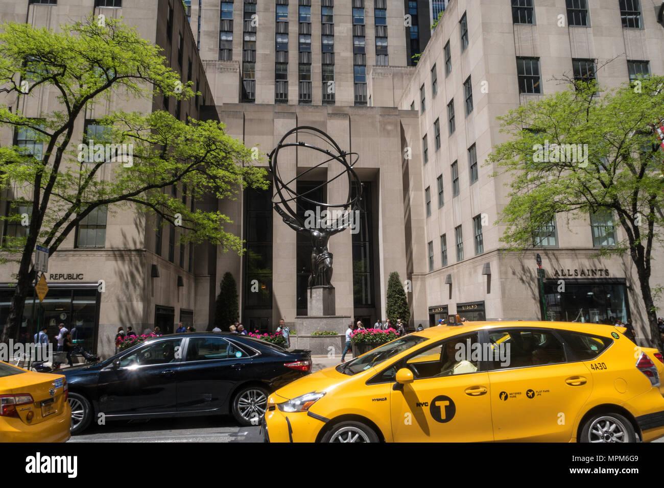 Atlas tenendo premuto il cielo (volta celeste) Statua (sfera armillare) nel Centro Rockefeller, NYC Immagini Stock