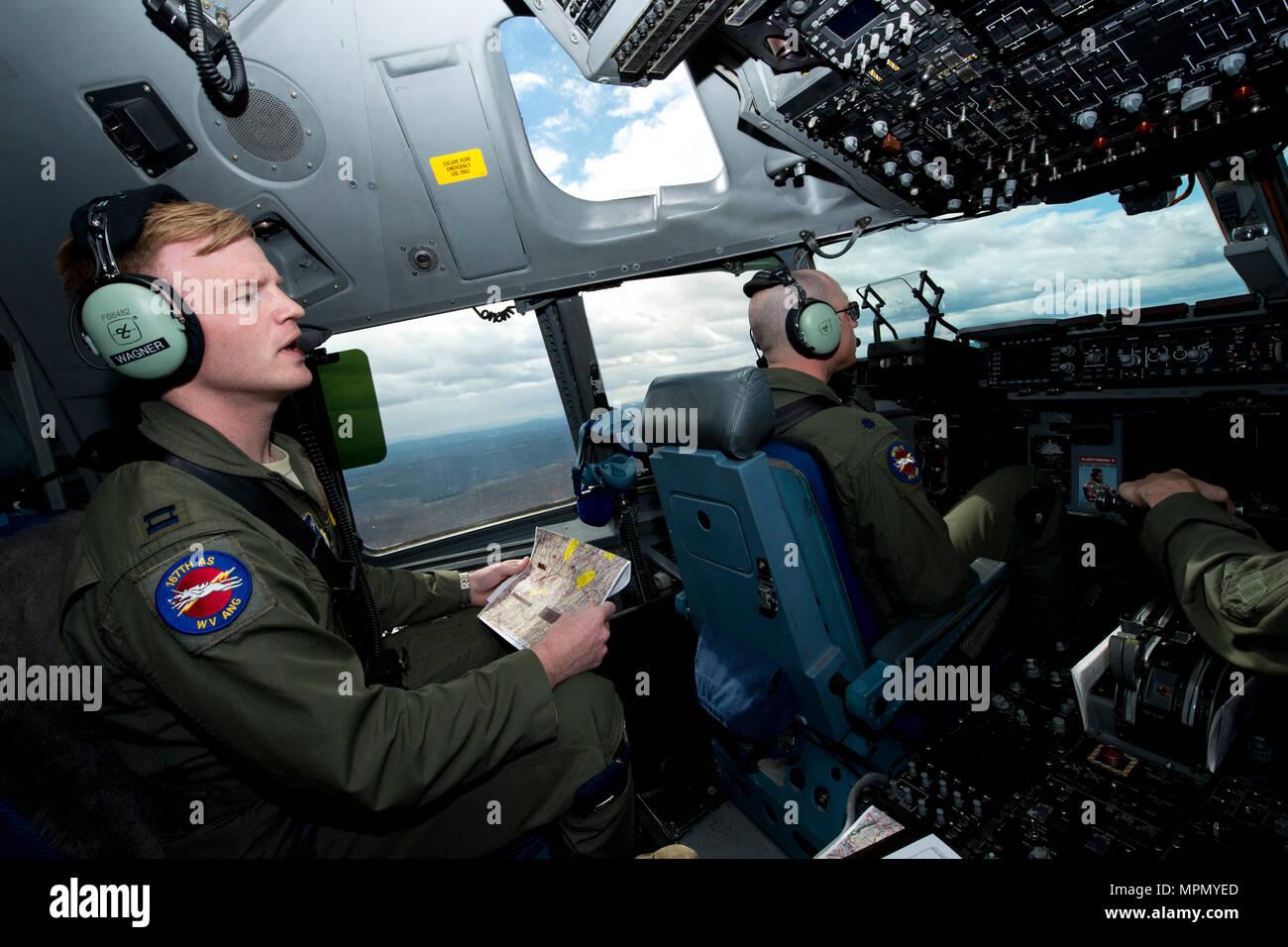 Il cap. Kyle Wagner, sinistra, un progetto pilota per il 167° Ala Airlfit, effettua chiamate visual i punti di riferimento durante un basso livello di formazione sortie su un C-17 Globemaster III aeromobili, 4 aprile. Lt. Col. Giuseppe O'Rourke, destra, active duty advisor per il pilota 167° Airlift Squadron, istruzioni fornite durante il corso di formazione che di volo incluso touch-e-go e antenna pratica di rifornimento. (U.S. Air National Guard foto di Senior Master Sgt. Emily Beightol-Deyerle) Immagini Stock