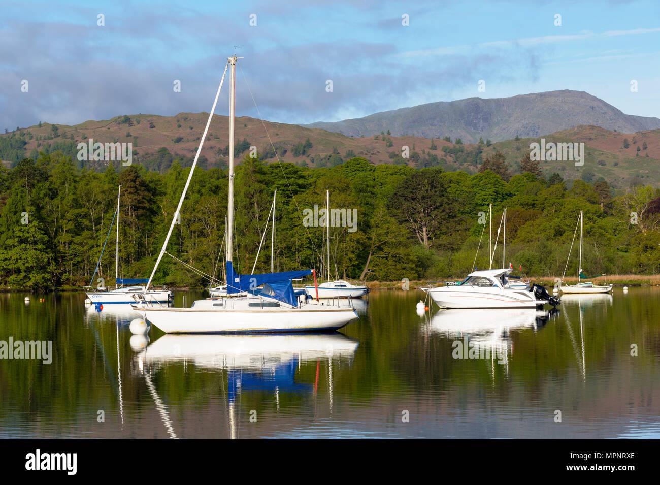 Barche sul lago Windermere nel Lake District in Cumbria Immagini Stock