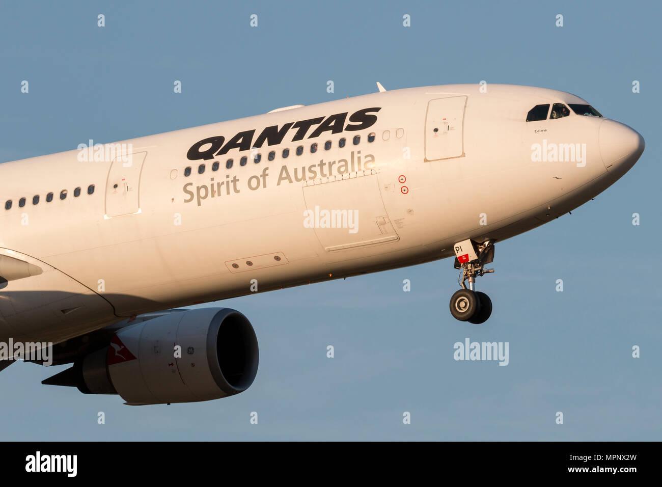 Qantas Airbus A330-303 aereo di linea VH-QPI sull approccio per atterrare all'Aeroporto Internazionale di Melbourne. Immagini Stock