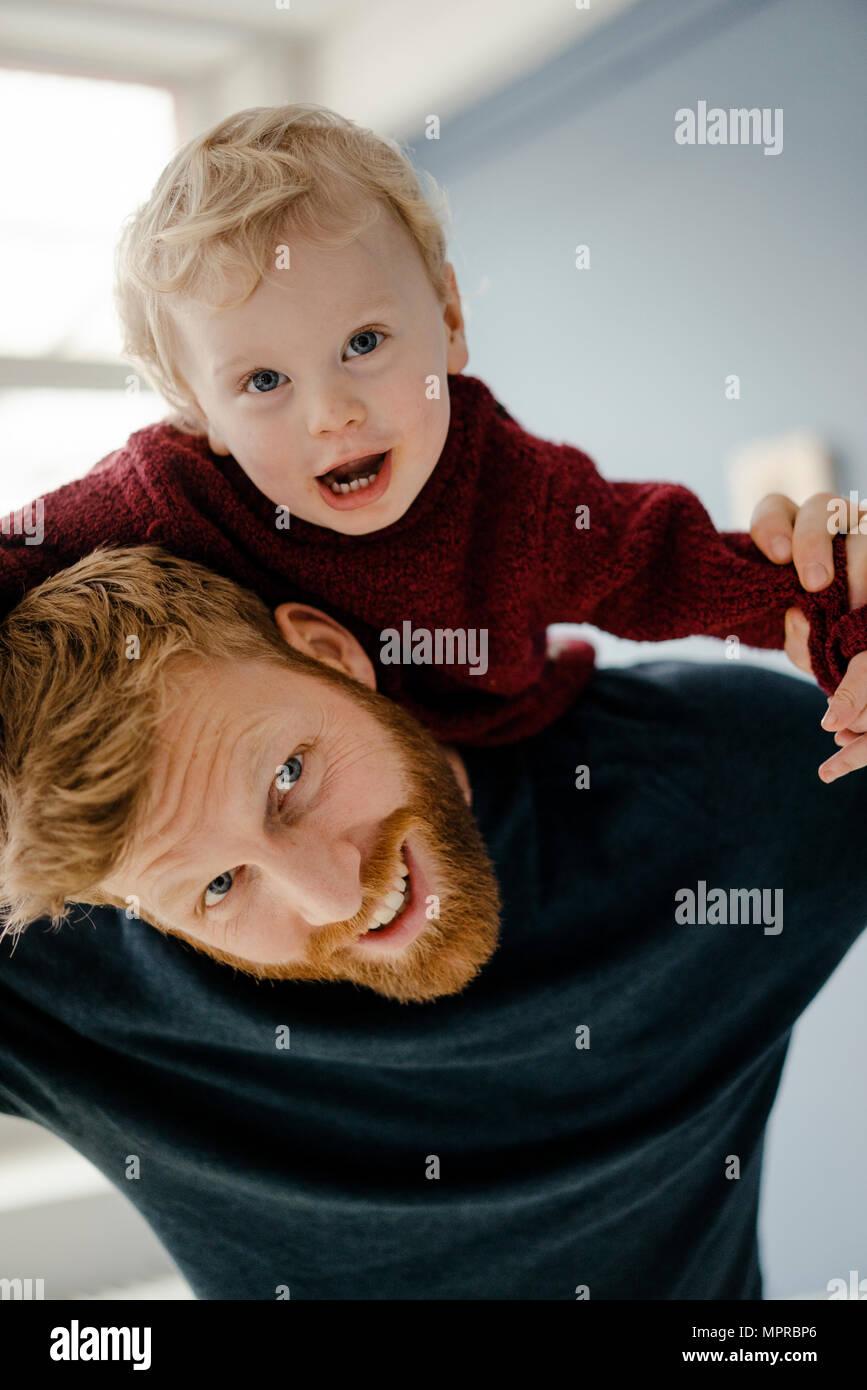 Padre e Figlio bambino divertirsi insieme a casa Immagini Stock
