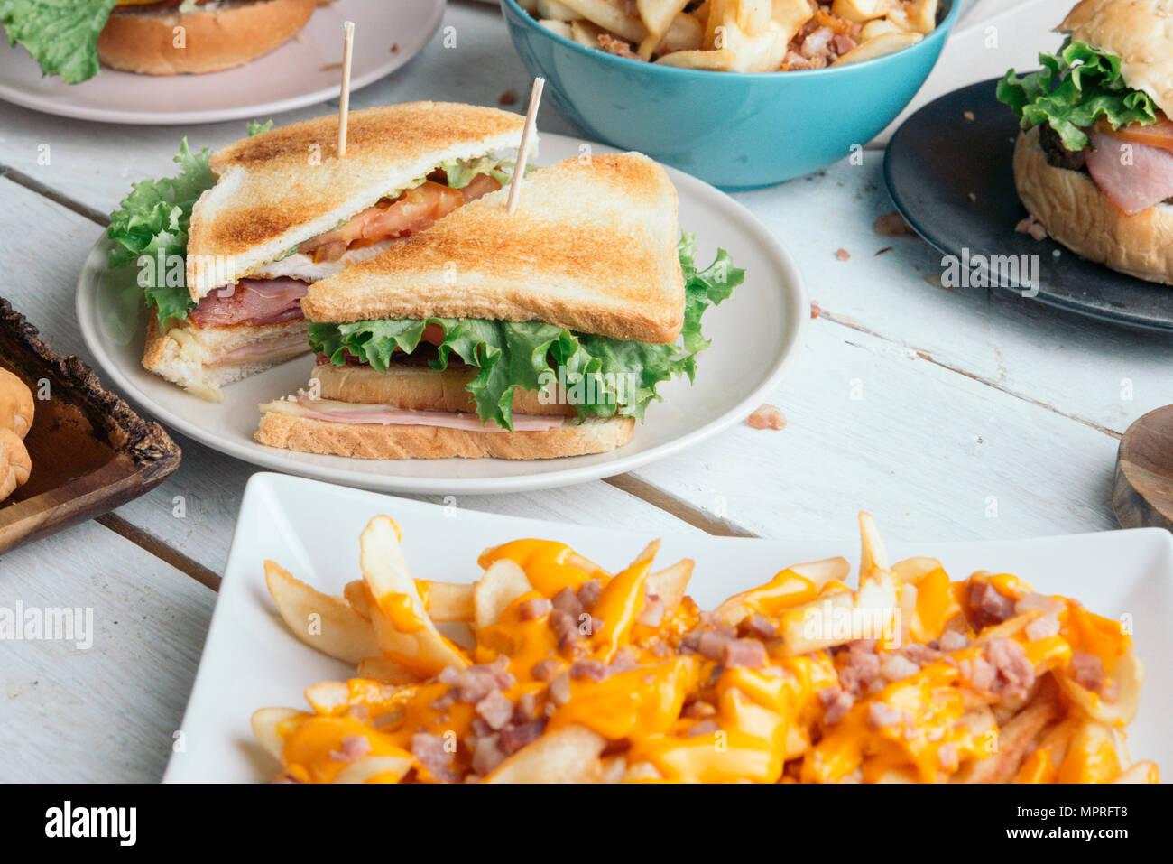 Tavolo pieno di cibo americano Immagini Stock