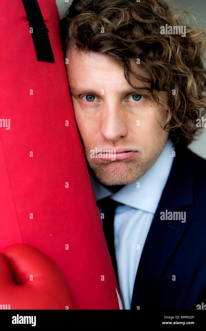 Imprenditore deluso appoggiata sul punzone in borsa Immagini Stock