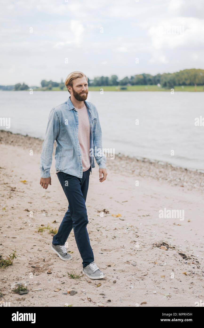 Germania, Duesseldorf, uomo a camminare sulla spiaggia Immagini Stock