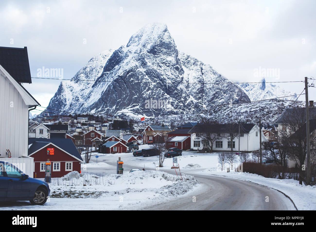 Bella super-grandangolo nevoso inverno vista di Reine, Norvegia, Isole Lofoten con skyline, montagne, il famoso villaggio di pescatori con rosso cabina di pesca Immagini Stock