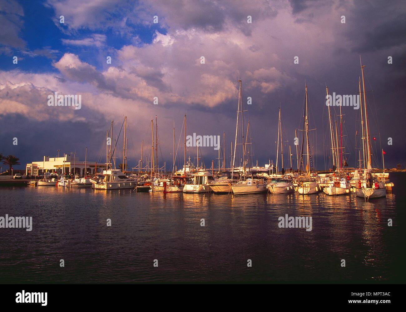 La Savina porto in un giorno di tempesta. Formentera, isole Baleari, Spagna. Immagini Stock