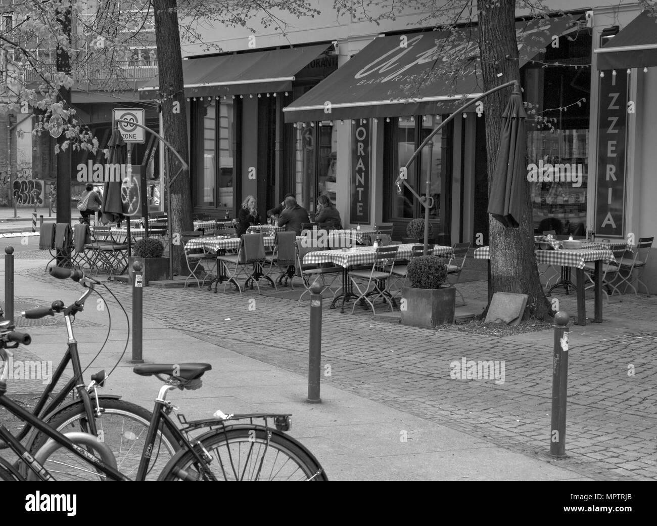 Berlino, Germania, pranzo, ristorante, tavoli fuori seduta ospiti ombrelloni stesi Oranienburger Str. Berlin-Mitte, distretto. Martedì © Peter SPURRIER Immagini Stock