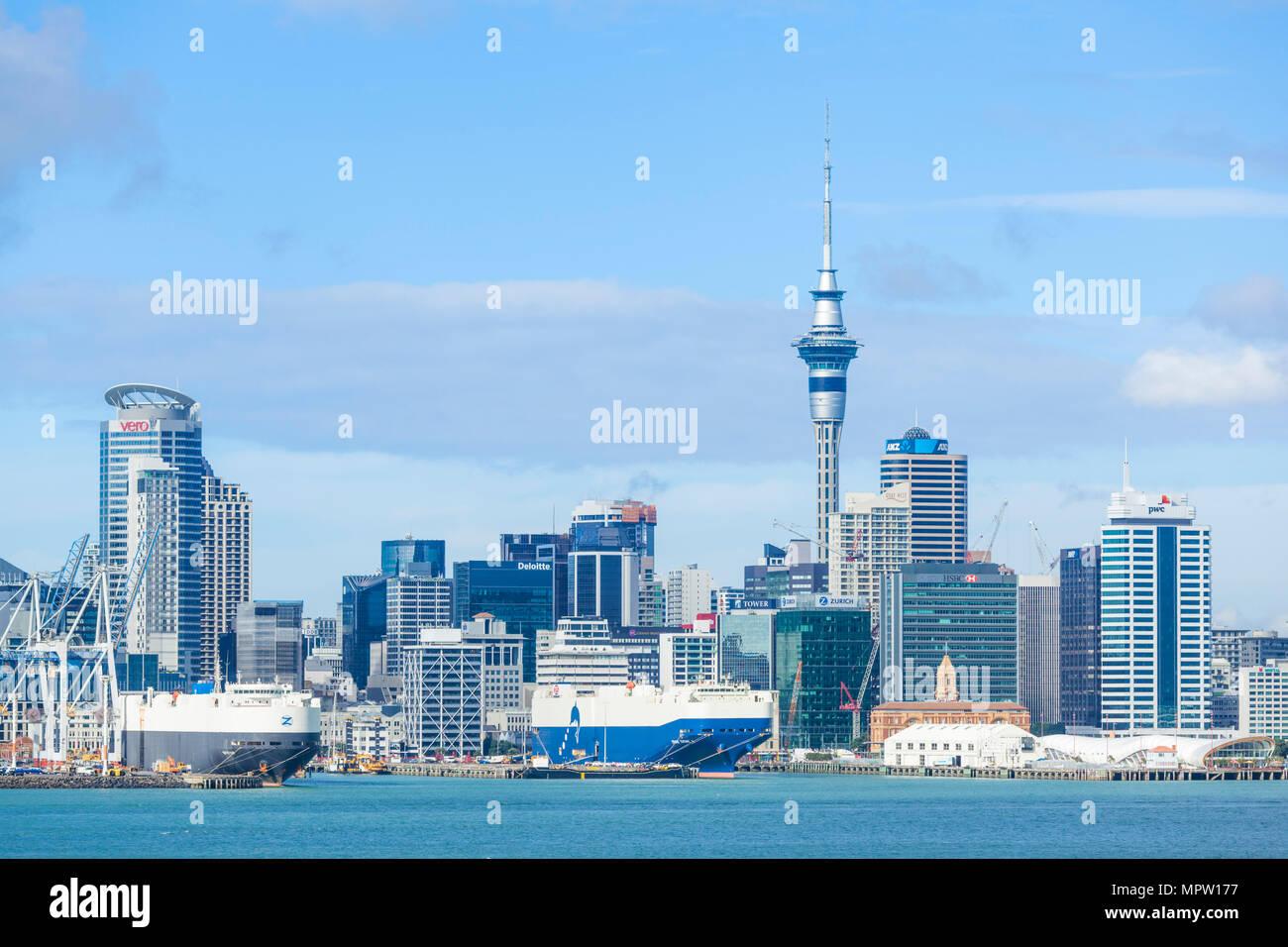 Nuova Zelanda Auckland Nuova Zelanda Isola del nord dello skyline di Auckland Waitemata Harbour cbd Sky Tower e la zona del molo del lungomare auckland nz Immagini Stock